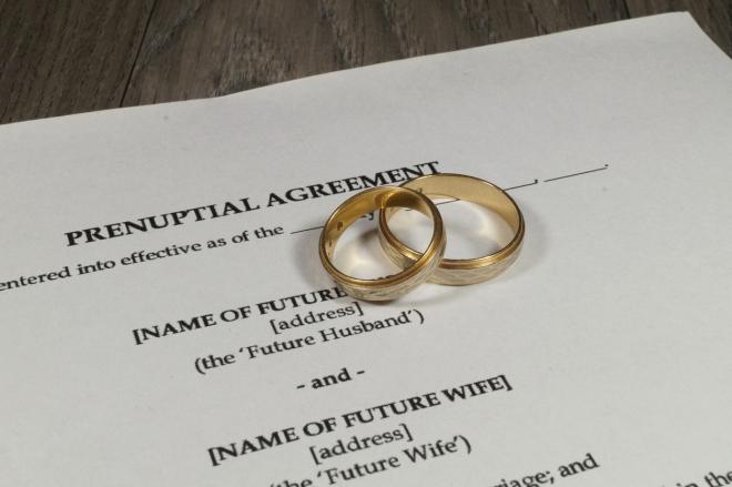 Ein Ehevertrag mit zwei goldenen Eheringen